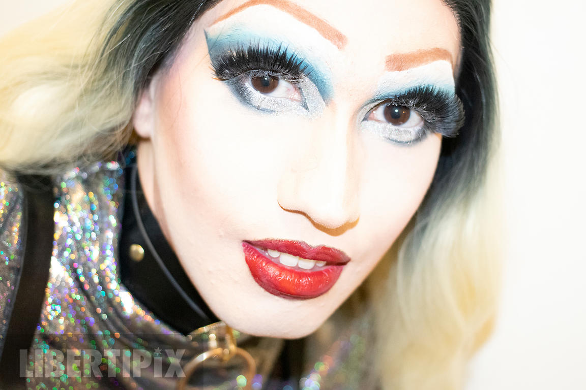 CLOSE UP OF A BEAUTIFUL DRAG QUEEN WITH BLONDE HAIR.