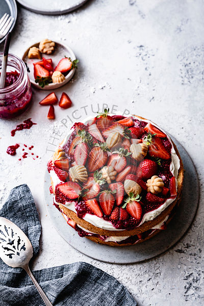 Strawberry sponge cake with maple candies.
