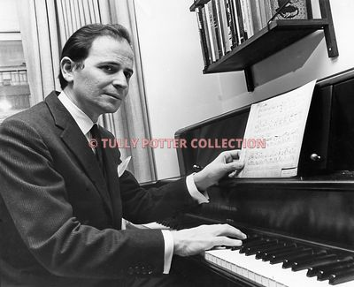 T16271_Byron_Janis_American_pianist_with_newfound_Chopin_manuscript_October_1967