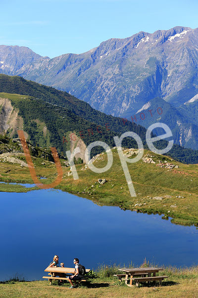 Photo de lac de montagne avec figurants