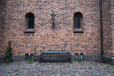 Banc devant le mur en brique d'une église à Copenhague, Danemark / Bench in front of the brick wall of a church in Copenhagen...