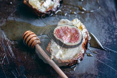 Toasts with Camembert cheese, fresh figs and honey