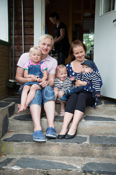Perhe istumassa kesämökin portailla|||Family sitting at the stairs of the summer house