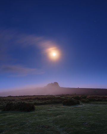Moon_and_mist_-_Haytor_Rocks