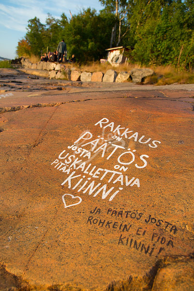 Kirjoituksia rantakalliolla Kruunuvuorenrannan huvila-alueella.|||Writings in rock at beach  in old deserted cottage area in ...