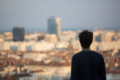 Jeune homme vue de dos regardant Lyon de la place Bellevue, Lyon, France / Young man back view looking at Lyon from Place Bel...