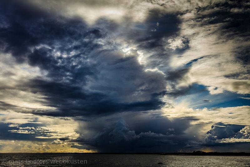 Mörkt åskmoln vid Ölands kust