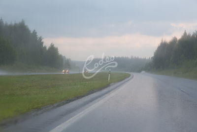Sadekeli Hämeenlinnanväylällä.|||Rainy weather on highway.