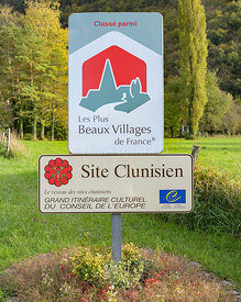 BAUME-LES-MESSIEURS, FRANCE - OCTOBER 24, 2019: Sign at the village of Baume-les-Messieurs, Jura, Franche-Comte, France. les ...
