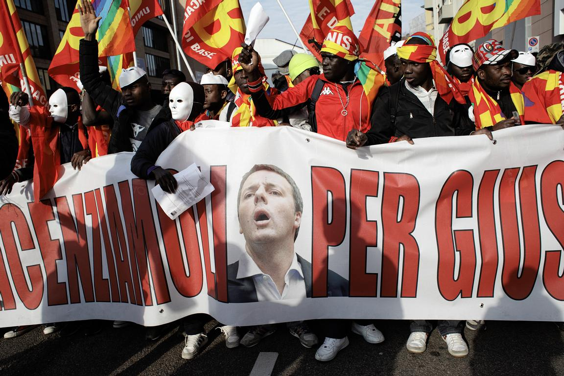 The banner had, besides Mr Renzi's face, also those of Marianna Madia, Minister of Public Administration and Simplification, ...