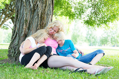 Perhe nurmikolla|||Family on a grass