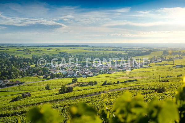 Le village de Cercié au lever du jour, Beaujolais, France