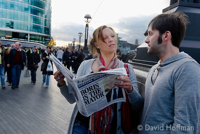Passers by read the Evening Standard predicting a win for Boris Johnson some 5 hours before the result is announced. 2 May 2008.