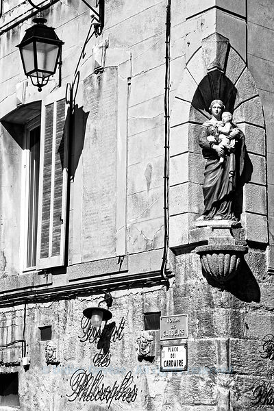 "The Bistro of the Philosophers between ""Enlightenment and faith"" (lights and religious sculpture in downtown Aix-en-Provence)"