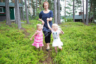 Äiti ja lapsi keräämässä marjoja metsässä|||Mother and child picking up berries at the forest