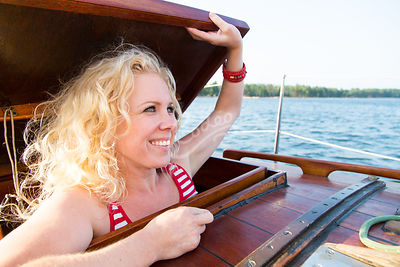Nainen avaa purjeveneen kansiluukun|||Woman opens the hatch of the sailboat