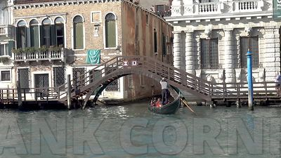 20171025_Venice_Gondola_under_bridge_4k_F
