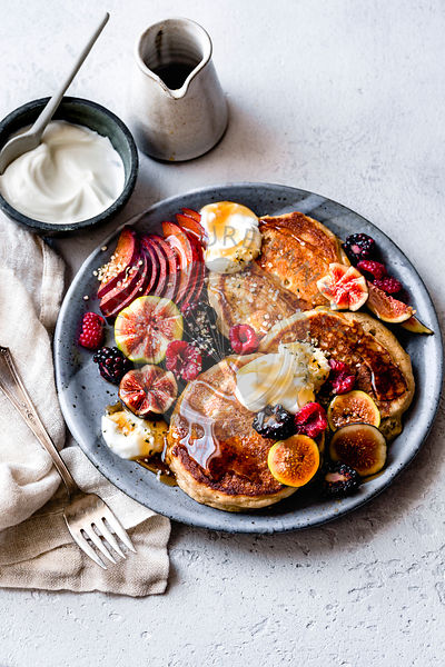 Pancakes with hemp seed, fresh fruit and yoghurt.