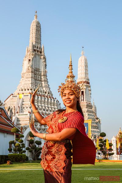 Thai dancer with traditional dress at the Temple of Dawn, Bangkok